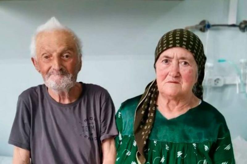 Rusia: pareja de ancianos que llevan 65 años de casados vencen a la COVID-19